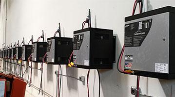 Sprzęt akumulatorowni na ścianie